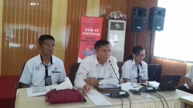 Drs.Dumangar Hutauruk, M.Si (Tengah) Kepala BPS Maluku
