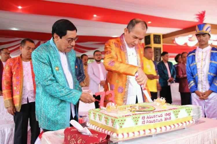 Gubernur Maluku Ir. Said Assagaff Memotong Kue HUT Ke-73 Provinsi Maluku