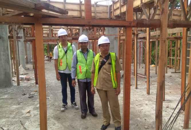 Piter Pakabu (depan) Tinjau Perkembangan Pembangunan Rusun Di Masoh Maluku Tengah