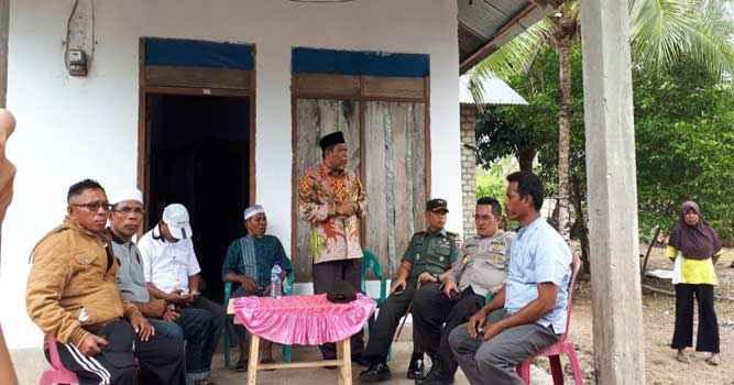 Wali Kota Tual, Adam Rahayaan saat mediasi dan koordinasi dengan tokoh adat (raja-raja) dan pemerintah desa setempat, tokoh agama, tokoh masyarakat, dan pemuda setempat