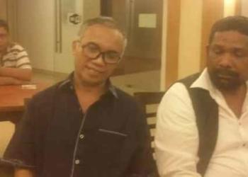 Victor Loupatty (kiri) dan Hamdani Laturua.
