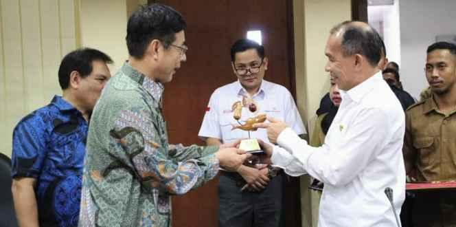 Penyerahan Cendra Mata Kepada Investor China Oleh Gubernur Maluku