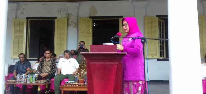 Kepala Dinas Pertanian Provinsi Maluku, Ir. Diana Padang, M.Si sedang memberikan sambutan pada acara Launching Pengembangan Kawasan Pala Berbasis Korporasi Petani di Banda.