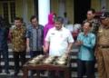 Direktur Perlindunan Tanaman Perkebunan Kementan RI Drs. Dudi Gunadi, M.Si Memukul Gong, Sebagai Tanda Launching Kawasan Pala Berbasis Korporasi Petani di Banda.