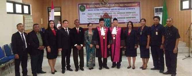 Foto bersama pimpinan beserta staf Pengadilan Negeri Kelas II Dataran Hunipopu