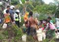 Warga Dusun Fair sedang mengantri air bersih