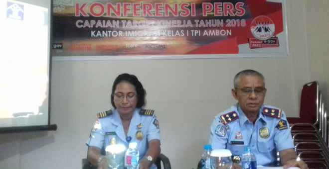 Kepala Kantor Imigrasi Kelas I TPI Ambon, Afrizal (kanan).