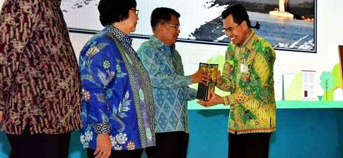 Penghargaan Adipura diserahkan Wakil Presiden Jusuf Kalla kepada Wakil Wali Kota Ambon, Syarief Hadler di Jakarta, Senin (14/1/2019).