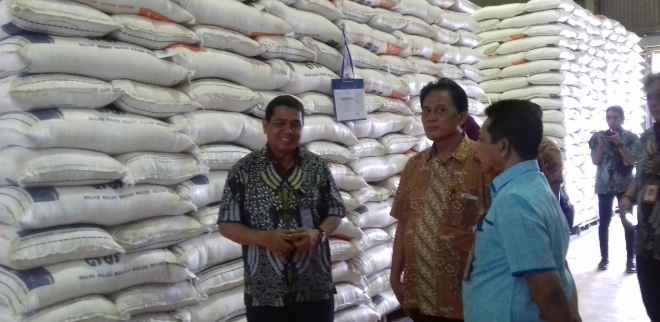 Arif Mandu (kiri), Kadivre Bulog Maluku.