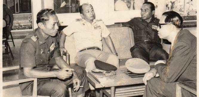 Brigjen TNI (Purn) Johannes Marcus Pattiasina (no dua dari kanan) sementara berbincang dengan rekan. Foto : dok keluarga
