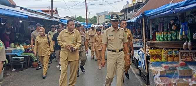 Kunjungan kerja Wakil Walikota Tual Usman Tamnge didampingi oleh Plt Sekot Muuti Matdoan di Pasar Tual