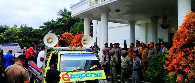 demo-warga-desa-Samang-di-kantor-bupati-aru