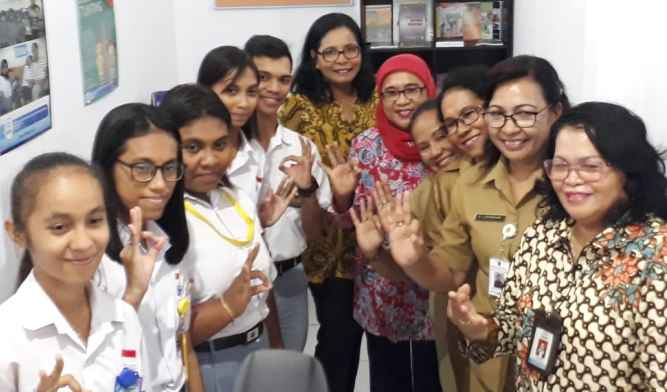 Foto Bersama Dengan Pengurus Pusat Informasi Konseling Remaja (PIKR) SMA Swasta Kristen YPKPM Ambon.
