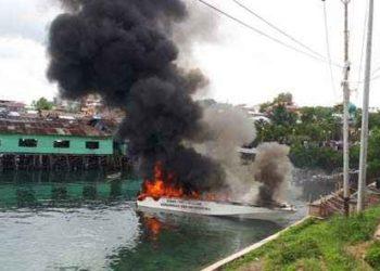 speed-boat-terbakar-di-bawah-jembatan-watdek