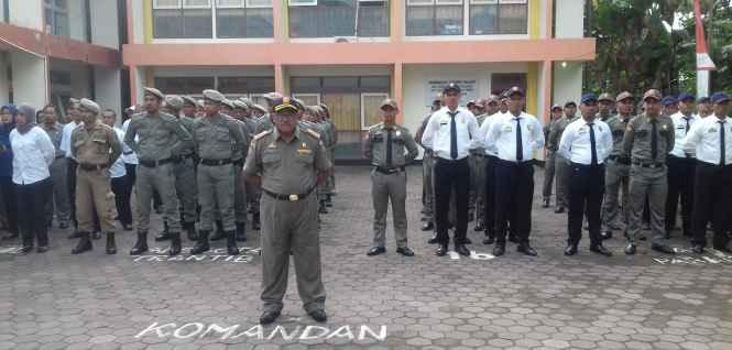Komandan Upacara, Ot Lawalata, S.Sos Kabid Penegakan Hukum.