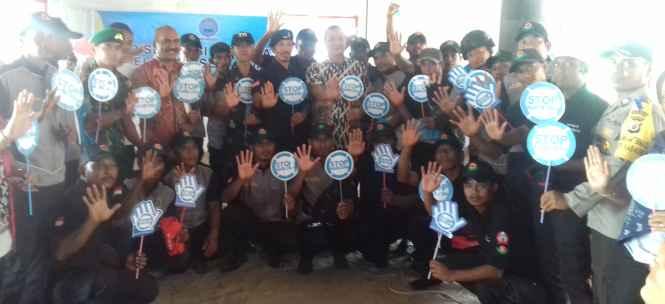 Kepala BNNP Maluku Foto Bersama Satgas Anti Narkoba Desa Kabauw.