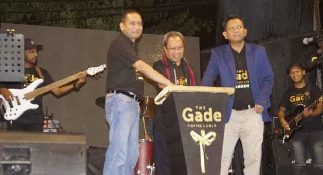 Sekot Ambon, A.G. Latuheru, SH. M.Si (tengah) Resmikan Pengoperasian The Gade, Coffee and Gold di Ambon.