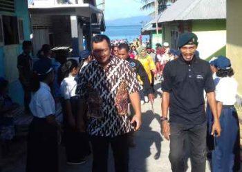 Ketua Pemuda Desa Kabauw, Bambang Sella (kanan).