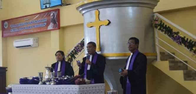 Pendeta A.J.S. Werinussa, M.Si (kanan), Pendeta Ny. M. Horhoruw/L, M.Th (kiri).