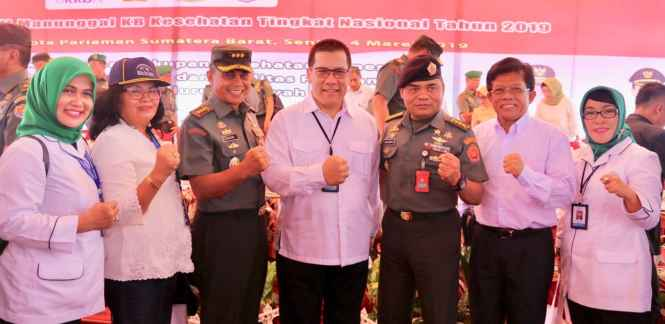 Plt. Kaper BKKBN Maluku, Dra. Renta Rego, Danrem 151 Binaya, Kolonel Hartono (nomor 2 dan 3 dari kiri).