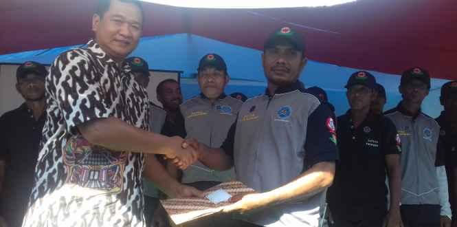 Ketua Satgas Anti Narkoba Desa Kabauw (kanan) Terima Sertifikat dari Kepala BNNP Maluku (kiri).