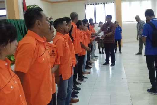 Tampak Kasie Program dan Evaluasi BLK Ambon, Abdul Azis, ST.M.S.P Menyerahkan Sertifikat Kompetensi Kepada Siswa.