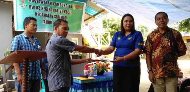 Ibu Juliana Tiranda Menyerahkan Hasil Musyawarah Pogram Kampung KB Kepada Bapak Oki Latuheru.