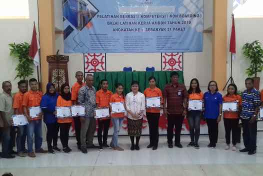 Para Siswa Dengan Sertifikat Kompetensi, Foto Bersama Pejabat dan Instruktur BLK Ambon.