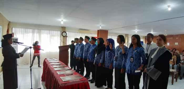 Delapan Orang PNS Lingkup BKKBN Provinsi Maluku Sedang Diambil Sumpah.