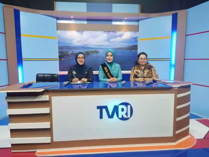 Narasumber pada Dialog Publik masing-masing : Ketua TP-PKK Prov. Maluku, Ibu Widya Murad Ismail sebagai Duta Parenting (tengah); Kaper BKKBN Prov. Maluku, Dra. Renta Rego (kanan) dan Kadis Kesehatan Promal, dr. Meike Ponto, M.Kes (kiri).