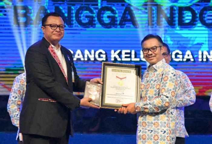 Kepala BKKBN, dr. Hasto Wardoyo, Sp.OG(K) (kanan) menerima Penghargaan Rekor MURI dari Awan Rahargo, perwakilan dari MURI.