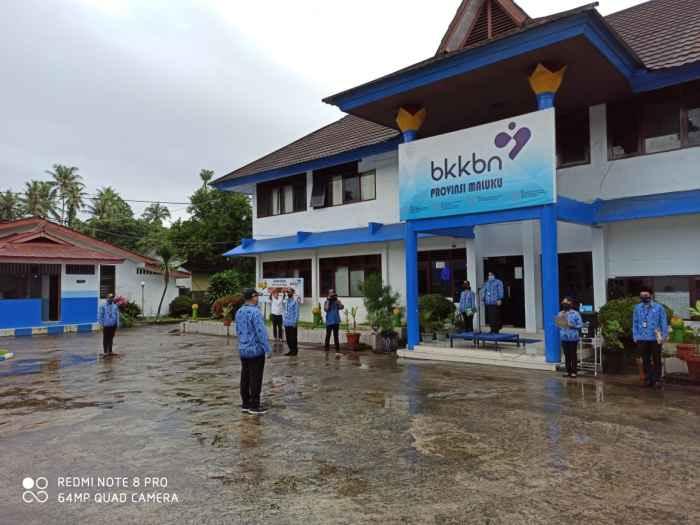 Suasana upacara Peringatan Puncak Harganas ke-27 di halaman Kantor BKKBN Maluku.