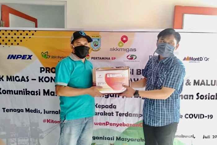 Pendistribusian simbolik dari Baznas Manokwari (kanan) kepada jurnalis media Orideknews.com yang mewakili Jurnalis Manokwari (kiri).Foto SKK Migas Pamalu.