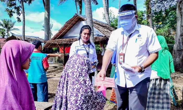Kasie Program dan Evaluasi BLK Ambon, Abdul Azis, ST. M.S.P, menyerahkan bantuan kepada warga.