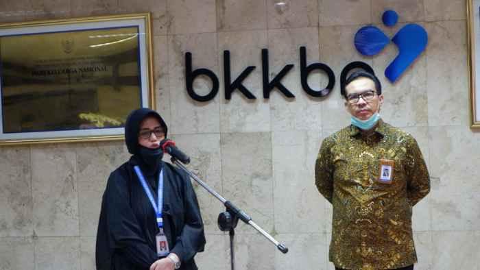 Deputi Bidang Pengendalian Penduduk BKKBN, Dwi Listyawardani (kiri) bersama Kepala BKKBN (kanan).