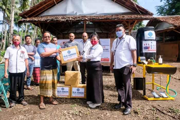 Kepala BLK Ambon, Yulianti Matandung, S.Sos. MM menyerahkan bantuan kepada Pimpinan Pondok Pesantren Shuffah Hizbullah Dusun Oli, Ustadz Qomaruddin, S.P.di.