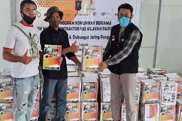 Pimpinan Cabang Dompet Dhuafa Papua Barat, Abdul Azis Hatapayo (kanan), serahkan bantuan kepada Jurnalis Teropong News (tengah) dan Jurnalis Suara Merdeka (kiri).