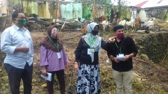 Kepala Dinas Pertanian Prov. Maluku, Ir. Diana Padang, M.Si (nomor 2 dari kanan), bersama pejabat esalon 3 dan 4 bidang Peternakan di lokasi pengumpul ternak Kambing Kebun Cengkeh.