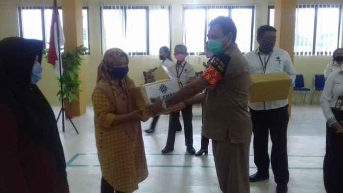 Kepala Dinas Tenaga Kerja Kota Ambon, Godlif Soplanit, SH menyerahkan bantuan APD kepada perwakilan Pondok Pesantren.