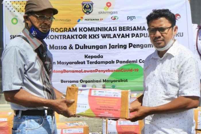 Ketua Yayasan SOR SILAI Tanimbar, Simon Lolonlun (kanan) menyerahkan paket bantuan secara simbolis kepada Jurnalis Media Tifa Tanimbar, Hironimus Jempormas (kiri). Foto : SKK Migas Pamalu.