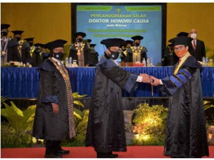 Prof. Dr. Sutrisna Wibawa, M.Pd (Rektor UNY) (tengah) setelah memindahkan kucir dari sebelah kiri ke kanan menyerahkan ijazah kepada Kepala BKKBN dr. Hasto Wardoyo, Sp. O.G.(K)(kanan) (Foto : Humas BKKBN).