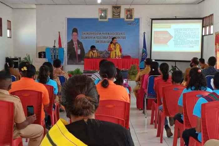 Kaper BKKBN Maluku, Dra. Renta Rego saat memberikan arahan pada kegiatan FGD dan PIK-R di Desa Klis.