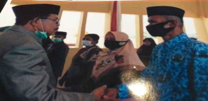 Abdulkadir, S.Pd (kanan), Dilantik oleh Bupati SBB, Yasim Payapo.