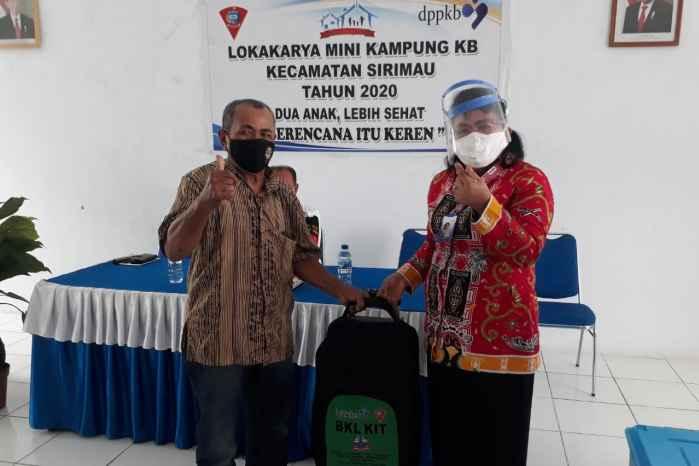 Kaper BKKBN Maluku, Dra. Renta Rego serahkan bantuan BKL Kit kepada Kader BKL.