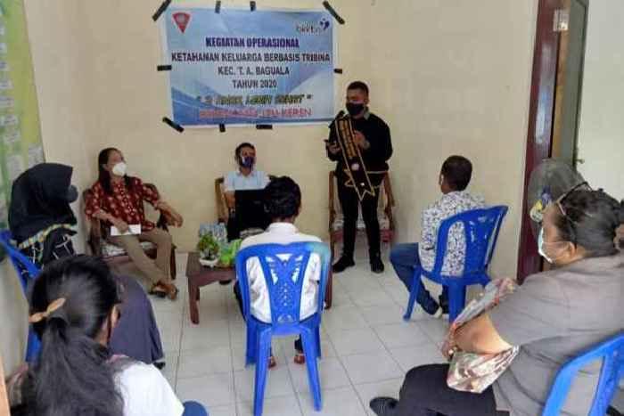 Gilberth Pattihawean, Duta Genre Prov. Maluku (berdiri), sebagai Narasumber saat memberikan materi.