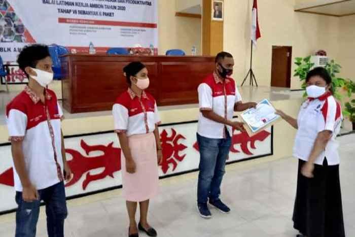 Kepala BLK Ambon, Yulianti Matandung, S.Sos. M.M Menyerahkan Sertifikat Pelatihan kepada Perwakilan Siswa.