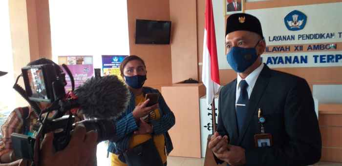 Sekretaris LLPT Ambon, Dr. Jantje Lekatompessy, SE. M.Si saat Diwawancarai Wartawan.