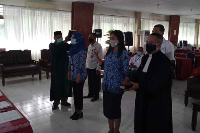 Dua Pejabat Fungsional Penyuluh Keluarga Berencana Didampingi Rohaniawan masing-masing.