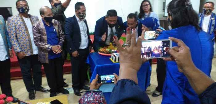 Acara Tiup Lilin dan Potong Tumpeng oleh Ketua DPW Partai Nasdem Maluku, Hamdani Laturua.