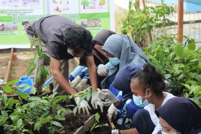 Tim Yayasan Kasuari bersama Siswa/Siswi di lingkungan Muhammadiyah Kab. Sorong melakukan Penyemaian dan Pemindahan Bibit dari media semai pasca perawatan.